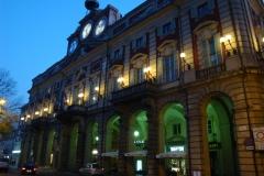 Il palazzo municipale di sera